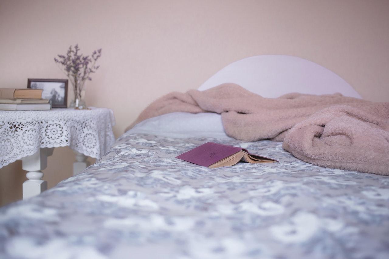 bed met boek
