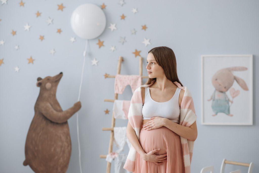 zwangere vrouw babykamer